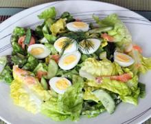 Легкий салат с копченым лососем