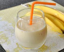 Молочный смузи с бананом и манго
