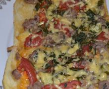 Пицца с фаршем, помидорами, сыром и малосольными огурцами