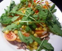 Салат с консервированным тунцом и помидорами