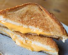 sendvich s zharenym syrom