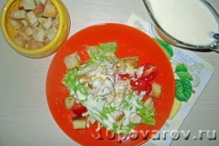 салат цезарь классический с курицей и сухариками