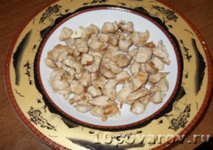 салат с курицей ананасами и сухариками рецепт