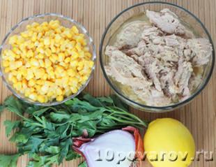 салат с тунцом консервированным и кукурузой