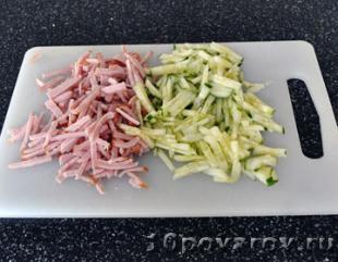 салат с куриной грудкой и ветчиной
