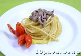 спагетти с говядиной и манго
