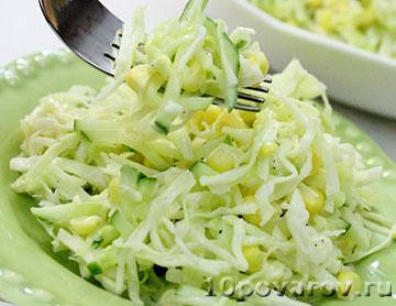 Салат со свежей капустой, огурцами и кукурузой