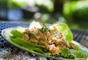 Техасский салат с курицей и пряным соусом