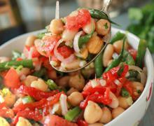 бобовый салат с помидорами и зеленью