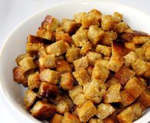 Чесночные сухарики из хлеба в духовке