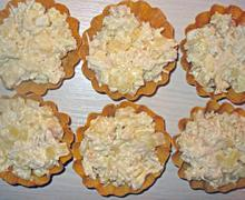 Тарталетки с курицей и ананасом