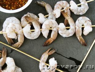 Креветки в медово-соевом соусе с чесноком