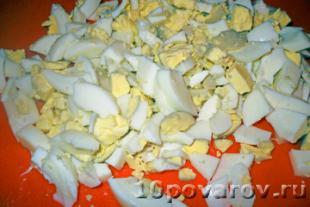 салат с курицей яйцами и солеными огурцами
