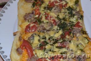 пицца с фаршем помидорами и сыром