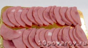 слоеные розочки с колбасой
