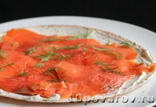 рулет в тортилье с копченым лососем