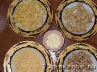 салат с курицей ананасами и сухариками фото