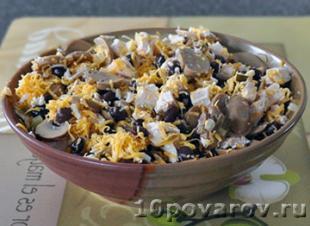 салат с фасолью консервированной курицей и грибами