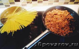 Спагетти болоньезе с томатной пастой