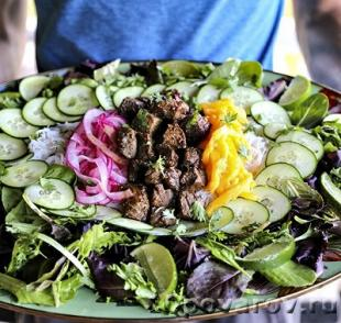 Салат с говядиной, огурцами луком