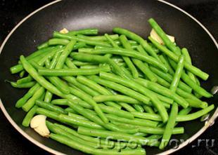 Зеленая фасоль с чесноком на сковороде