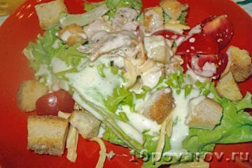 Классический салат цезарь с курицей и сухариками