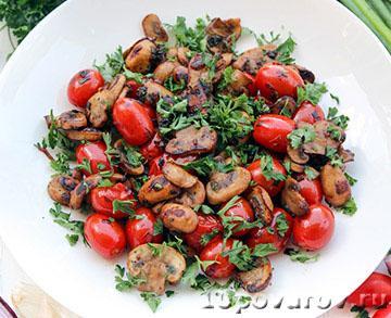 Теплый салат с грибами и помидорами